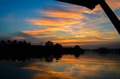 In de avond hemel bij zonsondergang Stock Foto