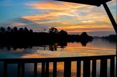 In de avond hemel bij zonsondergang Stock Fotografie