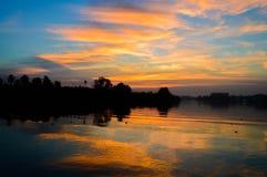 In de avond hemel bij zonsondergang Royalty-vrije Stock Fotografie