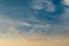 In de avond hemel met wolken Stock Foto's