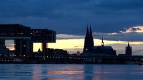 De avond komt over Keulen 1 stock videobeelden
