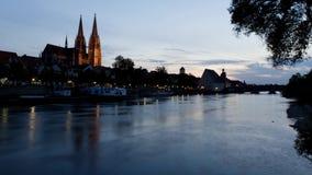 De avond komt over Regensburg stock video