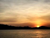 In de avond overzeese zonsonderganghemel stock fotografie