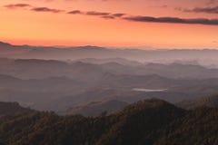 De Avond Pang Ma Pha, Mae Hong Son, Thailand van het berglandschap stock afbeelding