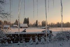 De avond van de winter in dorp Stock Afbeeldingen