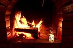 De avond van het de brandhuis van de open haardkaars Stock Fotografie