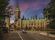 De avond van Ottawa met fabelachtige hemel Royalty-vrije Stock Foto's