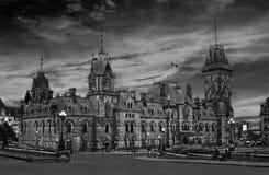 De avond van Ottawa met fabelachtige zwart-witte hemel - Stock Fotografie