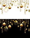 De avondballen van glaskerstmis op een zwart-witte achtergrond Nieuwe jaar gouden decoratie met slingers Stock Afbeelding