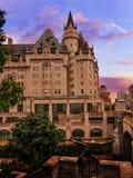 De avondmening van Fairmontchateau Laurier in de stad van Ottawa royalty-vrije stock afbeelding