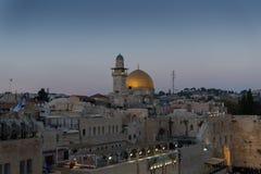 De avondmening van vierkant voor de Westelijke Muur, Tempel zet en Toren Gr-Ghawanima in de Oude Stad van Jeruzalem, Israël op royalty-vrije stock fotografie