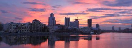 De avondpanorama van de zonsonderganghorizon met wolkenkrabbers stock afbeeldingen