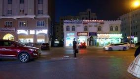 De Avondstraten van Muscateldruifal ghubra van het parkeren van hypermarket Time Lapse stock videobeelden