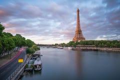 De avondtijd met de Rivier van Eiffel en van de Zegen royalty-vrije stock fotografie