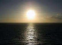 De avondzon over de oceaan stock foto