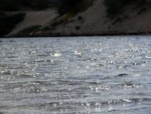 De avondzon verlicht flarden van de oppervlakte van het meer Stock Afbeeldingen