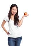 De Aziatische appel van de vrouwenholding stock afbeeldingen