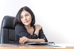 De Aziatische arbeider van de bureauvrouw rekt zich in bureau uit stock afbeeldingen