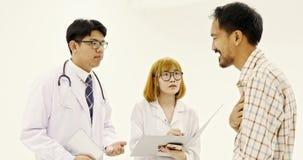 De Aziatische arts die over de ziekte van de Aziatische patiënt spreken stock videobeelden
