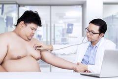 De Aziatische arts luistert geduldige hartslag Royalty-vrije Stock Afbeelding