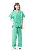 De Aziatische artsenvrouw draagt een isolatietoga of verrichtingstoga Royalty-vrije Stock Afbeelding