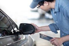De Aziatische auto mechanische het controleren spiegel van de autovleugel royalty-vrije stock afbeelding