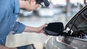 De Aziatische auto mechanische het controleren spiegel van de autovleugel stock fotografie