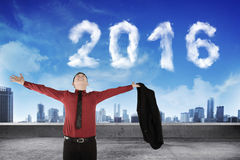 De Aziatische bedrijfsmens opent zijn overhemd met de wolkenvorm van 2016 op zijn rug Stock Foto