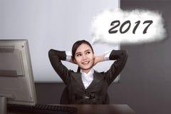 De Aziatische bedrijfsvrouw denkt over doel in 2017 Stock Afbeeldingen
