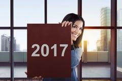 De Aziatische bedrijfsvrouw zegt gelukkig nieuw jaar 2017 Royalty-vrije Stock Fotografie