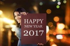 De Aziatische bedrijfsvrouw zegt gelukkig nieuw jaar 2017 Royalty-vrije Stock Afbeelding