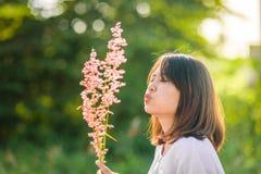 De Aziatische bloem van het de ventilatorgras van het tienermeisje met zon stock foto