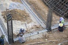 De Aziatische bouwvakkers werken aan het plaatswerk Royalty-vrije Stock Fotografie