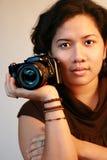 De Aziatische camera van de vrouwenholding Royalty-vrije Stock Afbeeldingen