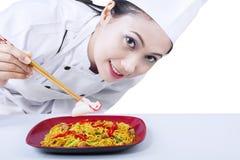 De Aziatische geïsoleerder noedel van de chef-kokkok - stock foto