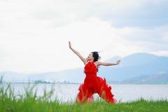 De Aziatische Chinese Jonge meisjessprong, geniet van het briljante leven door Yunnan erhai Royalty-vrije Stock Foto's