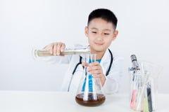 De Aziatische Chinese reageerbuis van de jongensholding voor onderzoek Stock Foto