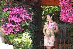 De Aziatische Chinese vrouw in traditionele cheongsam geniet van vrije tijd bij lijiang stock afbeeldingen