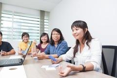 De Aziatische collega's van de de vergaderzaalsamenwerking van de bedrijfsmensengroep stock fotografie