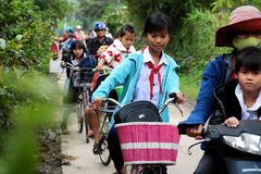 De Aziatische cyclus van de meisjerit van school stock fotografie