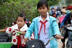 De Aziatische cyclus van de meisjerit van school royalty-vrije stock foto's