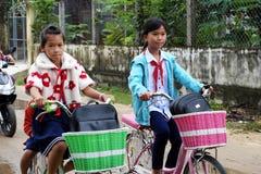 De Aziatische cyclus van de meisjerit van school royalty-vrije stock fotografie