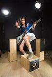 De Aziatische dame van de rotsster in studio Stock Foto's