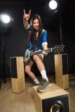 De Aziatische dame van de rotsster in studio Stock Afbeeldingen