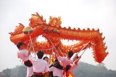 De Aziatische dans van de jonge mensendraak Royalty-vrije Stock Afbeeldingen
