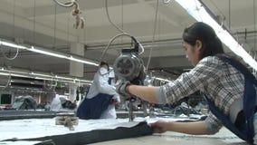 De Aziatische Fabriek van de Kledingstukindustrie: WS arbeiders bij de scherpe lijst stock videobeelden