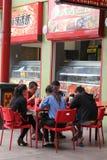 De Aziatische familie eet in Chinatown in Adelaide stock foto's