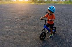 De Aziatische fiets van het het spelsaldo van de jong geitje eerste dag royalty-vrije stock afbeelding