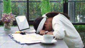 De Aziatische financiën van het bedrijfsvrouwen werkdocument in huisbureau Ongelukkige tijd thuis stock footage