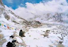 De Aziatische fotograaf op de bovenkant van de berg Royalty-vrije Stock Foto